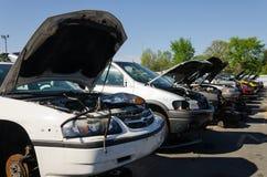 Verschiedene beschädigte Fahrzeuge auf einem Schrottplatz stockfoto