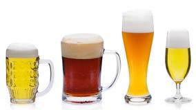 Verschiedene Biere lokalisiert gegen einen weißen Hintergrund stockfotos