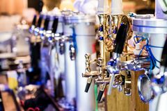 Verschiedene Bierpumpen, selektiver Fokus und bokeh Stockfotos