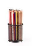 Verschiedene Bleistifte im Metallgitterbehälter lokalisiert Lizenzfreie Stockbilder