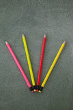 Verschiedene Bleistifte mit dem Radiergummi vereinbart auf Tafel Lizenzfreie Stockbilder
