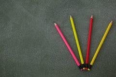 Verschiedene Bleistifte mit dem Radiergummi vereinbart auf Tafel Stockfotos