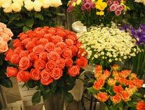 Verschiedene Blumensträuße von schönen Blumen im Gewächshaus lizenzfreie stockfotos