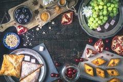 Verschiedene Bonbons auf dem Holztisch Konzept der Draufsicht der orientalischen Nachtische lizenzfreie stockbilder
