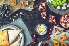 Verschiedene Bonbons auf dem Holztisch Konzept von orientalischen Nachtischen lizenzfreies stockbild