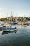 Verschiedene Boote im Jachthafen in der adriatisches Seebucht beherbergten in den Pula, Croa Stockfoto
