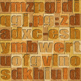 Verschiedene Buchstaben auf Hintergrund Hölzernes Muster der weißen Eiche lizenzfreie abbildung