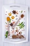Verschiedene bunte Gewürze in den keramischen Löffeln und in der Minze auf weißem Hintergrund Draufsicht, freier Raum Stockbild