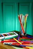 Verschiedene bunte Kunst und Schreibmaterialien Stockbilder