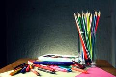 Verschiedene bunte Kunst und Schreibmaterialien Lizenzfreie Stockfotos