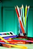 Verschiedene bunte Kunst und Schreibmaterialien Stockbild