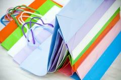 Verschiedene bunte leere Geschenkpapiertüten gestapelt Lizenzfreies Stockbild