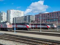 Verschiedene Caltrain-Modelle erwarten Abfahrt Stockbilder