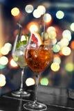 Verschiedene Cocktails auf dem Hintergrund eines bunten bokeh Lizenzfreies Stockfoto