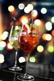 Verschiedene Cocktails auf dem Hintergrund eines bunten bokeh Stockfoto