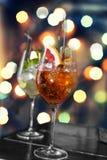 Verschiedene Cocktails auf dem Hintergrund eines bunten bokeh Lizenzfreie Stockfotos