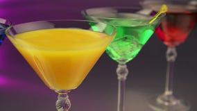 Verschiedene Cocktails in der Bar stock video