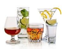 Verschiedene Cocktails und alkoholisches Getränk auf weißem Hintergrund Stockfotos