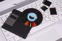 Verschiedene Datenträger auf dem Tastaturlaptop Lizenzfreie Stockfotos