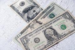 Verschiedene Dollarscheine auf Holztisch Stockbilder