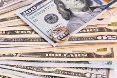 Verschiedene Dollarscheine mit goldenem Ring Stockbilder