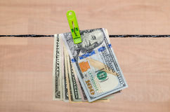 Verschiedene Dollarscheine trocknen auf Schnur Stockfotos