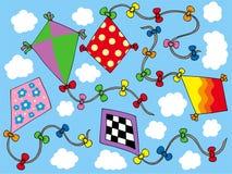 Verschiedene Drachen, die auf Himmel fliegen Lizenzfreies Stockfoto