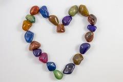 Verschiedene Edelsteine und Kristalle in einem Herzen Stockbild