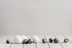 Verschiedene Eier auf der weißen Tabelle Stockbild