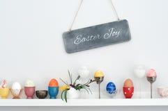 Verschiedene Eierbecher und Ostereier stockbilder