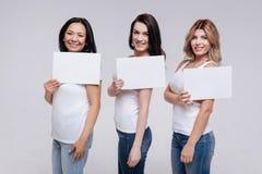 Verschiedene elegante Damen, die Verschiedenartigkeit fördern stockbild