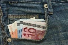 Verschiedene Euroanmerkungen in der Jeanstasche Stockbilder