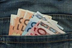 Verschiedene Euroanmerkungen in der Jeanstasche Stockfotos