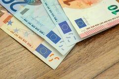 Verschiedene Eurobanknoten auf hölzernem Lizenzfreies Stockbild