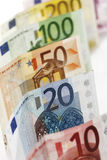 Verschiedene Eurobanknoten in Folge Stockbild