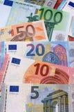 Verschiedene Eurobanknoten vertikal eingestellt Stockfotos