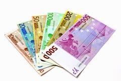 Verschiedene Eurorechnungen werden heraus auf einer Tabelle in Form von a verbreitet Lizenzfreies Stockfoto