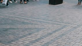 Verschiedene Füße Leute, die durch die Metropolenstraße überschreiten Menge von Leuten geht auf Geschäft stock video footage