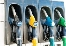 Verschiedene Füllungspistolen für Kraftstoff stockfotos