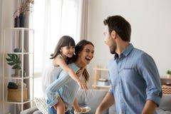 Verschiedene Familie, die zu Hause Haben von aktiven Wochenenden zusammen spielt lizenzfreies stockfoto