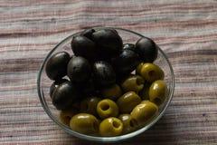 Verschiedene Farben der Oliven Stockfotografie