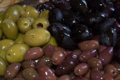 Verschiedene Farben der Oliven Stockfotos