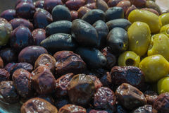 Verschiedene Farben der Oliven stockbilder