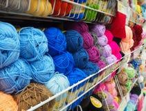 Verschiedene Farben spinnen, mehrfarbige Faden stockfotografie