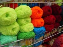 Verschiedene Farben spinnen, mehrfarbige Faden stockbilder