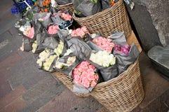 Verschiedene Farben von Blumen am Floristen Stockfotos
