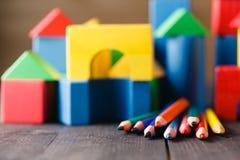 Verschiedene Farben von den Bleistiften ontable mit Bausteinen Stockbild