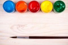 Verschiedene Farbfarben mit Bürste Lizenzfreie Stockfotos