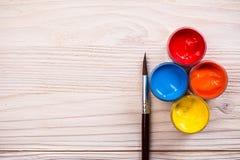 Verschiedene Farbfarben mit brauner Bürste Stockbilder