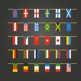 Verschiedene Farbflaggen von Ländern auf Seil Stockfotografie